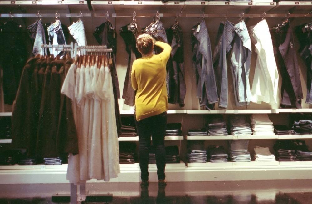 Senhora a preparar roupa usada para vender